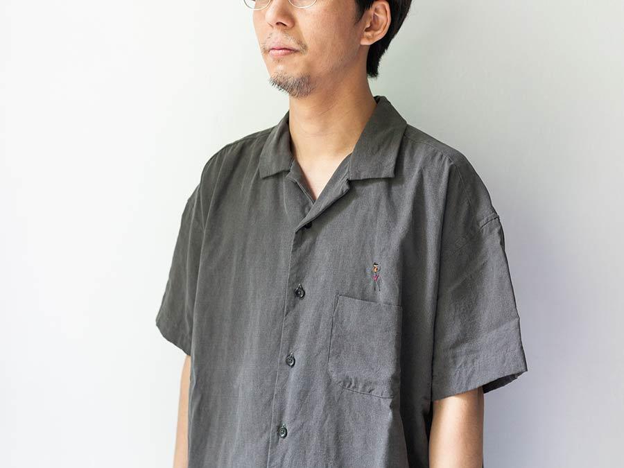 manual alphabet マニュアルアルファベット ビーチガール 半袖シャツ アロハシャツ 墨黒の胸元