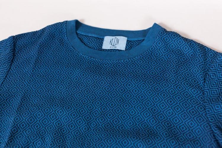 藍染 刺し子についてとKUON2017 プルオーバーシャツ 藍染刺し子のアップ