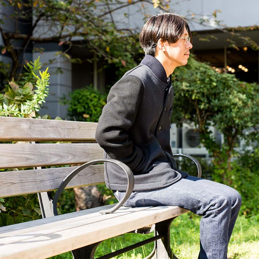 blue blue japan ブルーブルージャパン アワードジャケット ネイビーカラーの椅子座り