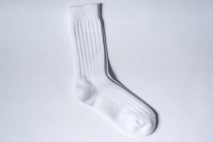 ニシグチクツシタのエジプトコットンリブソックスホワイトカラーで、全体像の説明。シンプルな靴下。