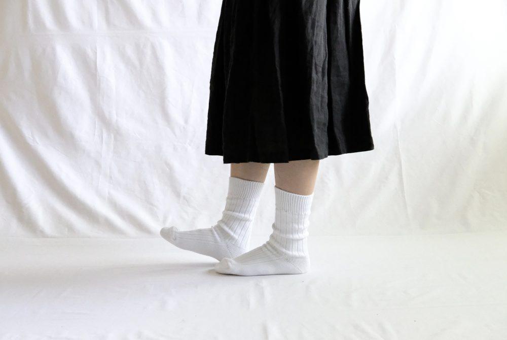 西口靴下の公式ページより抜粋した、女性がエジプトコットンリブソックスを履いている様子。