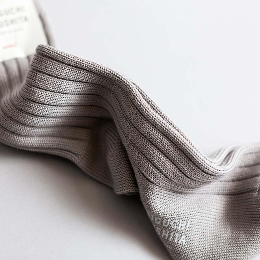 超長綿だからこそ現れるしなやかな光沢を、靴下を撚り、その陰影で強調した。
