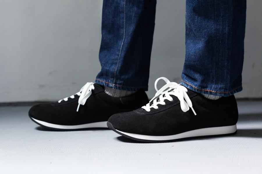 西口靴下の商品が、靴と裾から少し見えている。リブの畔が美しい。