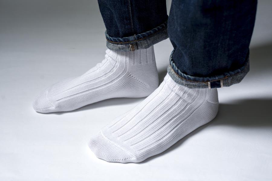 デニムと白いエジプトコットンリブソックス。シャリ感を感じるシャープな画像。履き心地は柔らか。