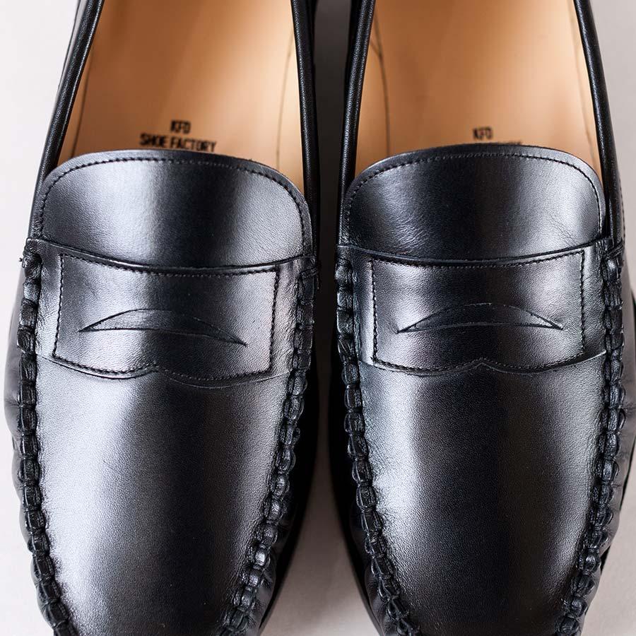 ペニーローファーのアップ 黒い上質な革に光沢が
