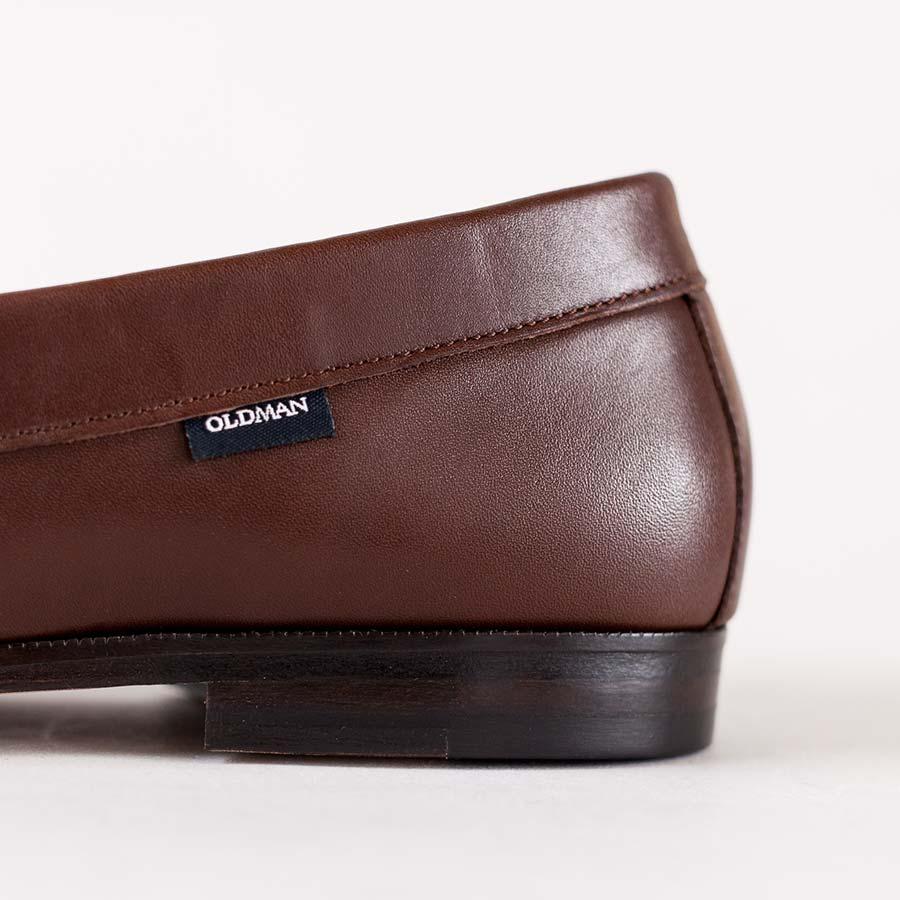 スリッポンタイプの靴 かかとにハイライトが入り、チョコの革質がよく出ている