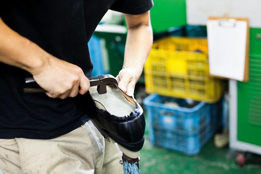 スニーカーなど通常の靴の作り方。吊り込み風景の画像。