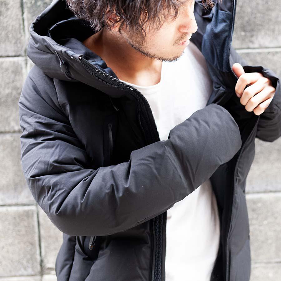 水沢ダウン マウンテニア MIZUSAWA DOWN MOUNTAINEER 内ポケットに手を入れている画像